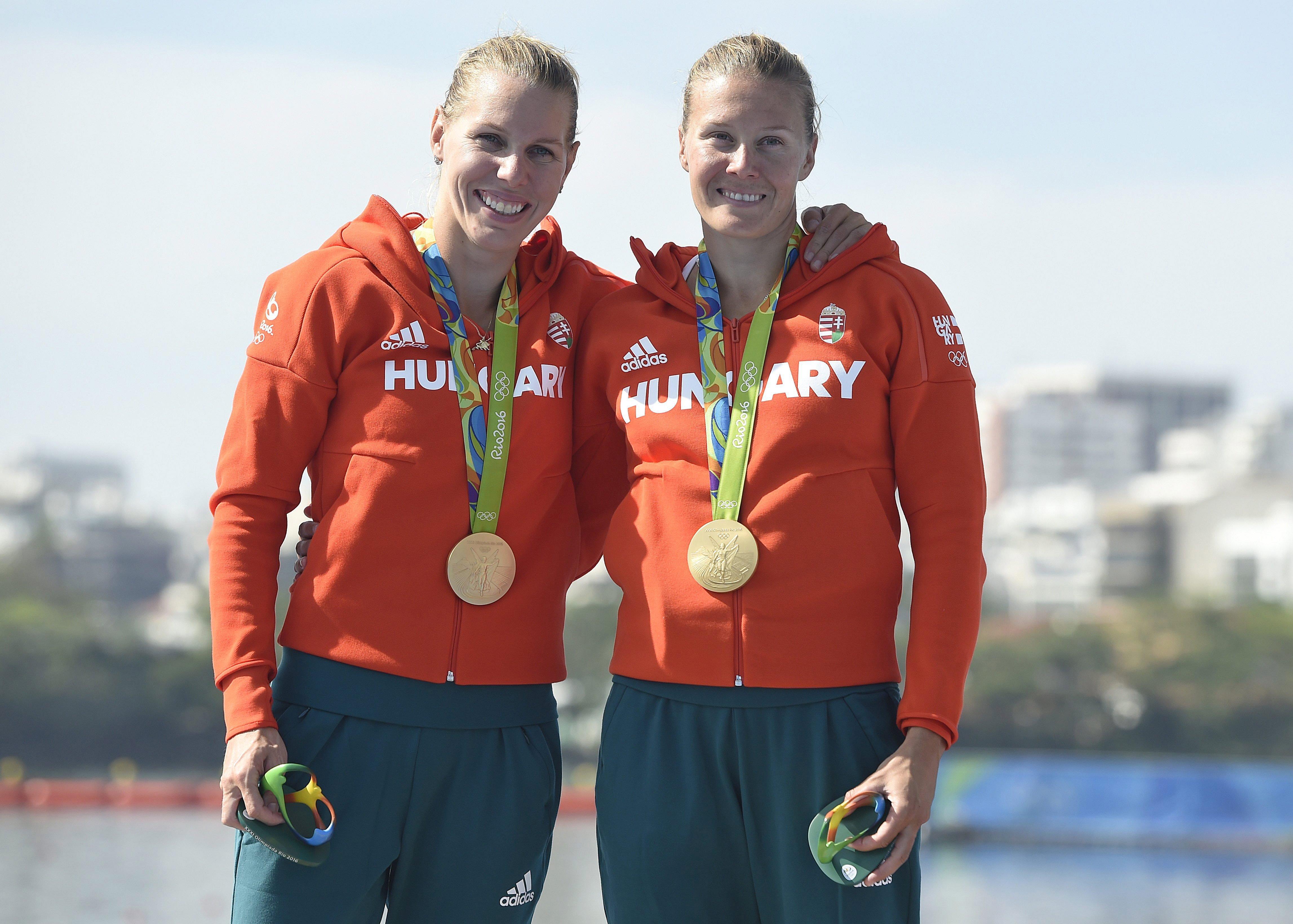 Az aranyérmes Szabó Gabriella (b) és Kozák Danuta. MTI Fotó: Kovács Tamás