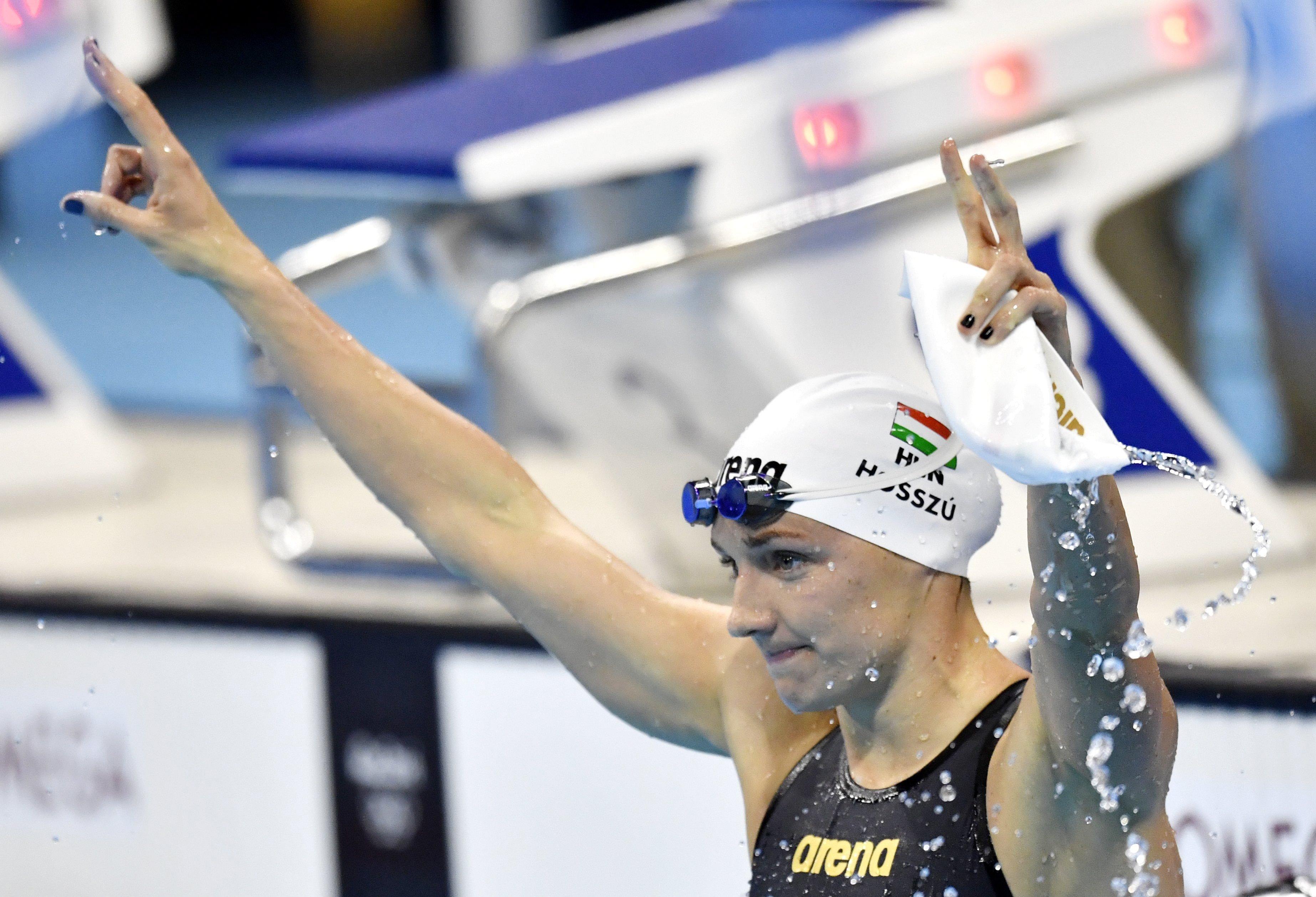 A gyõztes Hosszú Katinka ünnepel a 100 méteres hátúszás döntõje után. MTI Fotó: Illyés Tibor
